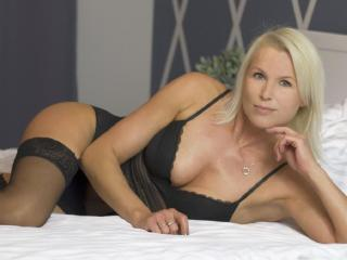 Photo de profil sexy du modèle HotSexyNiki, pour un live show webcam très hot !