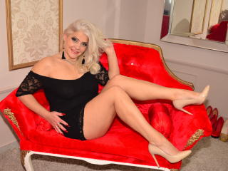 Picture of the sexy profile of LuxuriousMilf, for a very hot webcam live show !