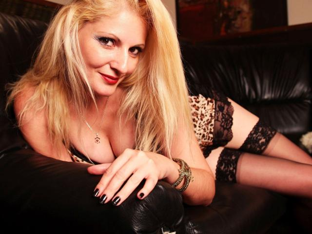 Picture of the sexy profile of BlondeTya, for a very hot webcam live show !